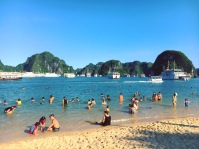 vietnam-halong-bay-11-swimming